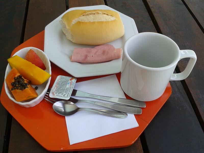 Pão com UMA fatia de peito de Peru, geleia diet, UMA fatia de manga, ameixa e mamão, chá ou café a vontade.
