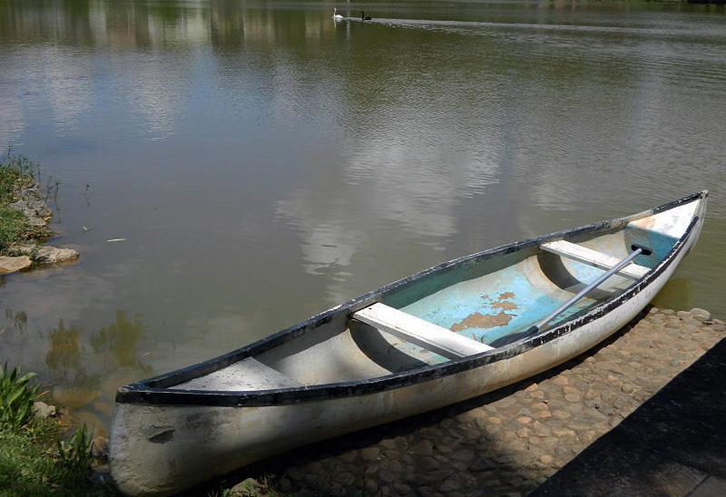 O barco está ali, convidando a um passeio pelo lago.